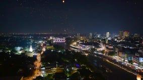 Lanternas e povos de flutuação em Yee Peng ou em Loy Krathong Festival filme