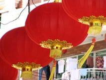 Lanternas e roupa chinesas Fotos de Stock Royalty Free