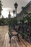 Lanternas forjadas, bancos antigos, decoração de Kiev Pechersk Lavra foto de stock royalty free