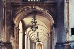 Lanternas forjadas na arcada Fotos de Stock