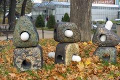 Lanternas futuristas no fundo da folha seca no parque da cidade do outono fotos de stock royalty free
