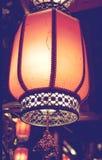 Lanternas vermelhas bonitas em China rua da noite decorada com lanternas fotografia de stock