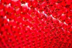 Lanternas vermelhas chinesas que penduram no céu Imagens de Stock Royalty Free