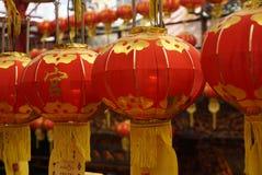 Lanternas vermelhas com a borla amarela que pendura no templo de Taiwan na cidade de Keelung para o festival Imagens de Stock Royalty Free