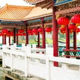 Lanternas vermelhas e construções antigas Imagem de Stock Royalty Free