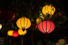 Lanternas vermelhas que penduram na frente da casa velha Fotos de Stock