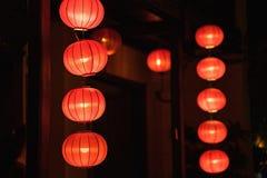 Lanternas vermelhas que penduram na frente da casa velha Fotografia de Stock Royalty Free