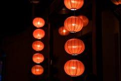 Lanternas vermelhas que penduram na frente da casa velha Foto de Stock Royalty Free