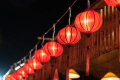 Lanternas vermelhas que penduram na frente do restaurante Imagens de Stock