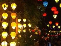 Lanternas vietnamianas tradicionais coloridas que leve uma rua na noite Fotos de Stock