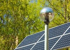 Lanterne électrique et panneau solaire Photographie stock