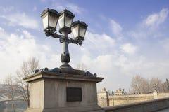 Lanterne accanto al ponte di Széchenyi immagini stock