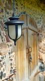 Lanterne accrochant sur le mur de la vieille maison Photo stock