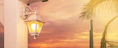 Lanterne allumée au coucher du soleil Photos libres de droits