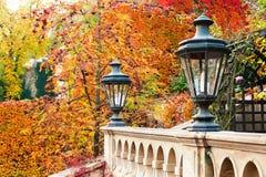 Lanterne antique dans le jardin formel de Prague d'automne Photographie stock