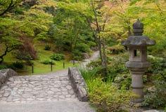 Lanterne antique dans le jardin japonais Images libres de droits