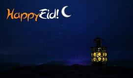 Lanterne arabe ornementale avec la bougie br?lante rougeoyant la nuit Carte de voeux de f?te, invitation pour le mois saint musul photos stock