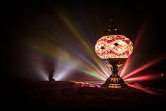 Lanterne arabe ornementale avec la bougie br?lante rougeoyant la nuit Carte de voeux de f?te, invitation pour le mois saint musul images libres de droits