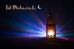 Lanterne arabe ornementale avec la bougie br?lante rougeoyant la nuit Carte de voeux de f?te, invitation pour le mois saint musul photos libres de droits