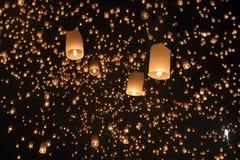 Lanterne asiatiche di galleggiamento, Chiang Mai Thailand Immagine Stock