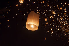 Lanterne asiatiche di galleggiamento in Chiang Mai Thailand Fotografie Stock Libere da Diritti