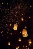 Lanterne asiatiche di galleggiamento in Chiang Mai Thailand Fotografia Stock