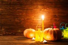 Lanterne avec les bougies et les potirons brûlants Photo stock