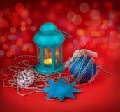 Lanterne avec nouveau Year& x27 ; jouets de s Photographie stock