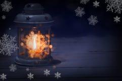 Lanterne avec une bougie à l'intérieur dans l'obscurité Image stock