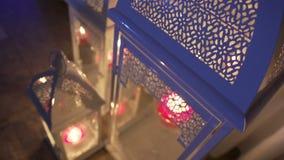Lanterne bianche del ferro con candel stock footage