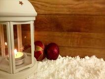 Lanterne blanche dans la neige, avec allumer la bougie banque de vidéos