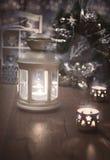 Lanterne, bougies et decoratons décoratifs de Noël sur le bois, te Image stock