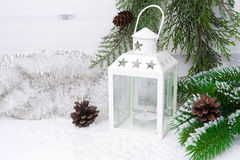 Lanterne brûlante, branches impeccables avec les cônes et la tresse de Noël Photographie stock libre de droits