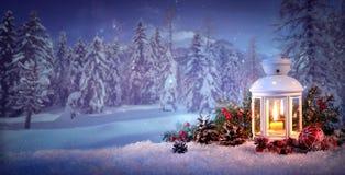 Lanterne brûlante dans la neige Images libres de droits