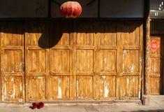 Lanterne, chaussures rouges, et trappes en bois Photo stock