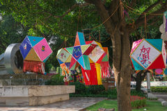 Lanterne che appendono in un parco di mattina Immagini Stock