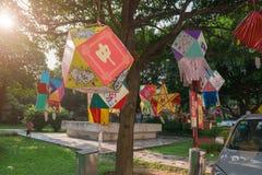 Lanterne che appendono in un parco di mattina Fotografia Stock