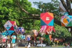 Lanterne che appendono in un parco di mattina Immagine Stock