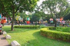 Lanterne che appendono in un parco di mattina Fotografie Stock Libere da Diritti