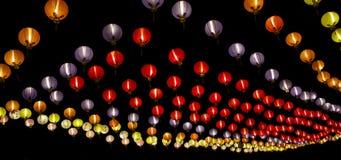 Lanterne chinoise colorée à l'arrière-plan noir Images stock
