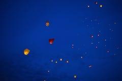 Lanterne chinoise en forme de coeur dans le ciel nocturne Photos libres de droits