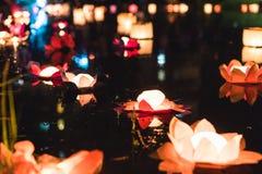 Lanterne cinesi che galleggiano nel lago fotografie stock libere da diritti