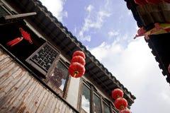 Lanterne cinesi con costruzione Fotografia Stock