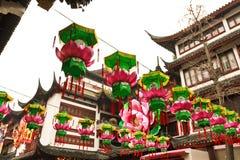 Lanterne cinesi d'attaccatura Fotografia Stock