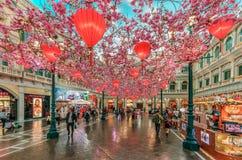 Decorazioni Con Lanterne Cinesi : Fila delle lanterne cinesi che appendono su una costruzione