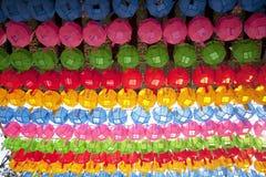 Lanterne Colourful nella fila Immagine Stock