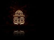 Lanterne décorative avec la bougie brûlante sur le noir Photos stock