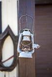 Lanterne démodée sur le fond de bois de construction Photo libre de droits