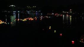 Lanterne d'ardore che galleggiano sul fiume nella città di Hoi An, Vietnam archivi video