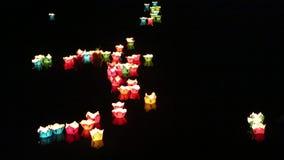 Lanterne d'ardore che galleggiano sul fiume nella citt? di Hoi An, Vietnam video d archivio